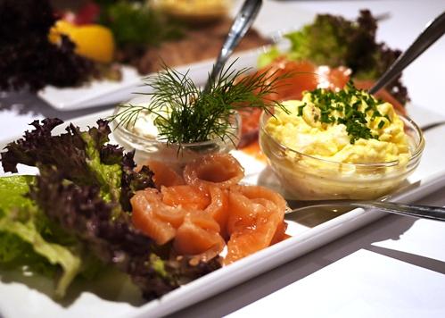 """Mira Arkin er en selverklæret """"grådig hedonist"""". Hun arbejder som skribent og madstylist, elsker god mad og skriver begejstret om Julebordet på Restaurant Kronborg."""