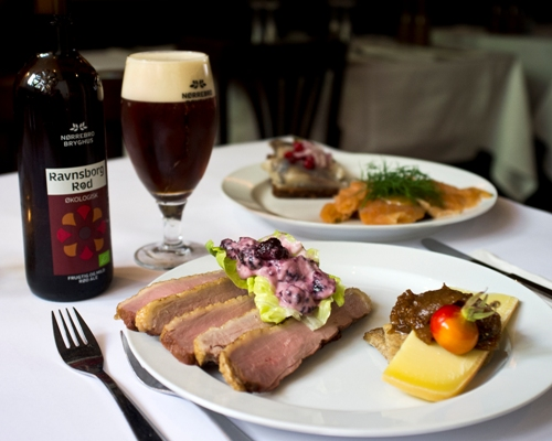 Our Head Chef, Jimmi Bengtsson, has composed an autumn platter with some of the season's delicacies, like smoked breast of duck with blackberry crème and Vesterhavsost with compote of hip rose. The autumn platter is even better with a full-bodied Ravnsborg Rød and an aromatic Kronborg Akvavit.