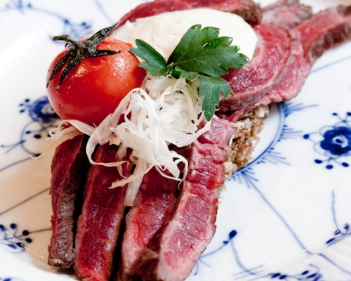 Our head chef, Jimmi Bengtsson, experimented with beef fillet, Dijon mustard, cherry tomatoes and fresh horseradish for the food festival, Copenhagen Cooking  – and the regulars had a new favourite. You will find his recipe at culinary website, Spiseliv.dk – or at the bottom of this page.