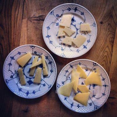 Smager hybenkompot bedst med Vesterhavsost, Thybo Ost eller Høost? Få svaret til vores tvist på en klassisk dansk frokost under Copenhagen Cooking den 23. august-1. september 2013.