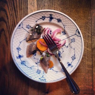 """Vi deltager i madfestivalen Copenhagen Cooking under temaet """"Nordisk sommer"""". Her tvister vi blandt andet en klassisk glarmestersild med udvalgte friske sommergrøntsager."""