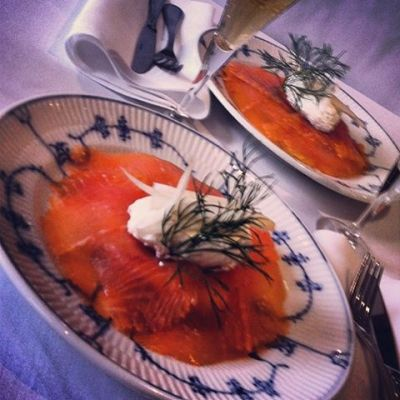 Our guests love smoked salmon. Here the rich softness of the salmon is accentuated by the creamy smoked cheese and the crisp marinated fennel. You find the recipe below.