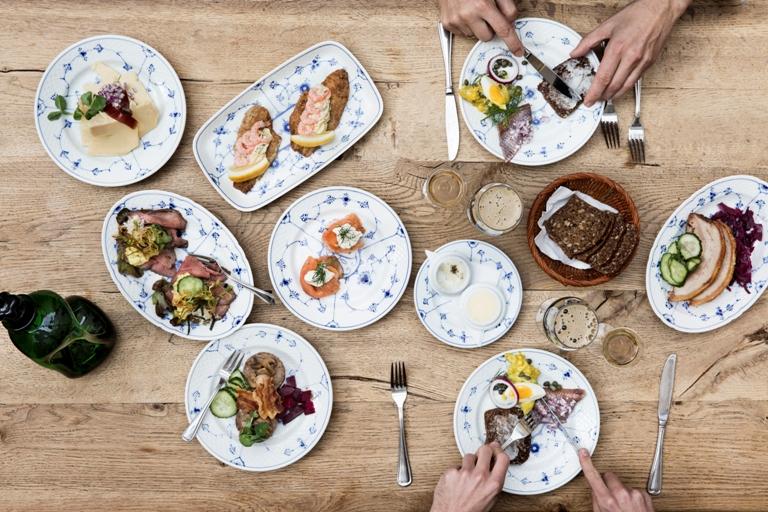 traditionel dansk smørrebrød frokost københavn hygge øl snaps