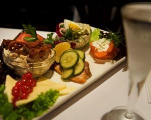 """""""Det er noget af en herrefrokost, man kan få på Restaurant Kronborg,"""" skriver Tejs Lindhardt, der blandt andet er begejstret for udvalget af øl fra Jacobsen og Nørrebro Bryghus og de mange forskellige slags snaps."""