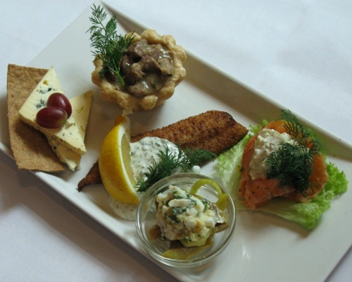 Our Head Chef, Jimmi Bengtsson, has composed a spring platter with some of the season's delicacies, like fillet of sole and vol-au-vent with dilled lamb. The spring platter tastes even better with a spicy Kronborg Easter Akvavit.