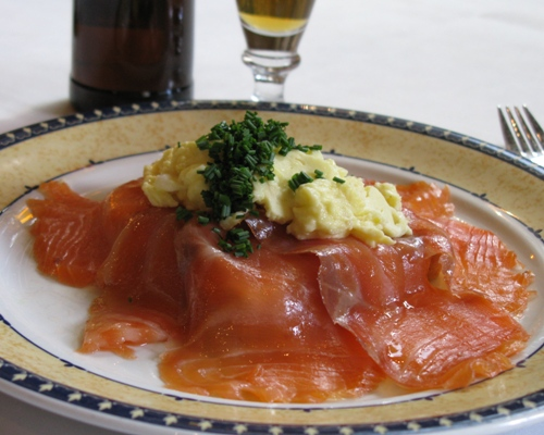 We serve hand-smoked salmon from Centralrgeriet at Restaurant Kronborg. The salmon has been spiced and salted by hand, left to mature for two days and smoked over an open fire for two more days. All this to ensure our guests smoked salmon with optimum aroma, taste and texture.