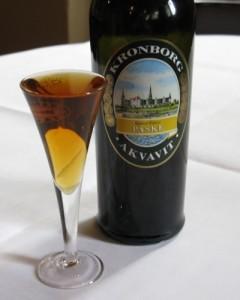 Kronborg Påskeakvavit er smagssat med kommen, dild, fennikel og citrusskal. Akvavitten er afrundet med Oloroso Sherry, der tilføjer dybde og en krydret sødme. Prøv Kronborg Påskeakvavit til sild eller vores forårsplatte.
