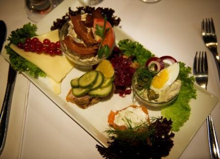 Madørerne fra Gastromand.dk giver deres læsere chancen for at vinde en Copenhagen Cooking-frokost for to (inklusive en øl- eller vinmenu) på Restaurant Kronborg.