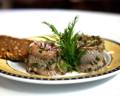 De aromatiske Branteviksild er lynhurtigt blevet en favorit blandt vores stamgæster. Køkkenchef Jimmi Bengtsson har ladet sig inspirere af en klassisk opskrift fra det lille fiskeleje Brantevik i Skåne. Du finder Jimmis opskrift på websitet Spiseliv.dk – eller nederst på denne side.